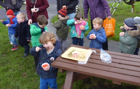 17-1-16 - E eating jelly in the park with buddies 4B