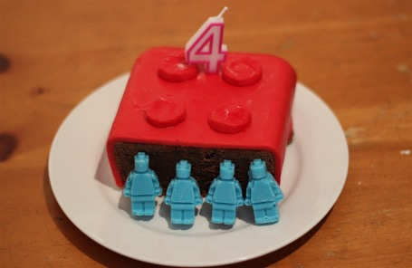 18-1-16 - E lego cake with chocolate figures 4B