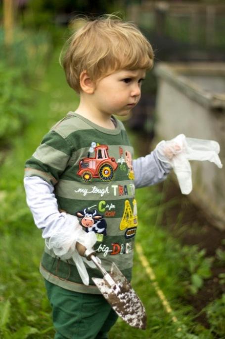toddler weeding - nipitinthebud.co.uk